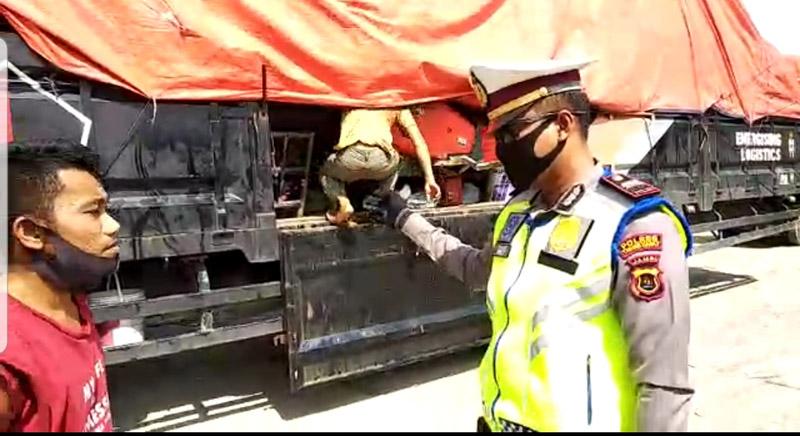 FOTO : Tronton yang Dinaiki Kelima lima orang asal Aceh dengan tujuan Badar Lampung Digagalkan Polisi, Senin (04/05/20)