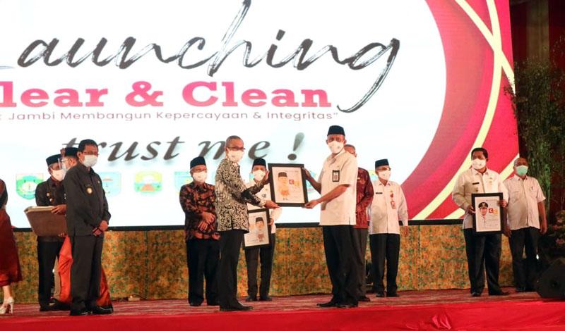 FOTO : Sekda Ir. H. Agus Sanusi M.Si Hadiri Kegiatan Launching Program Clean And Clear Trust Me Bank Jambi di Abadi Convention Centre (ACC), Rabu (25/11/20).