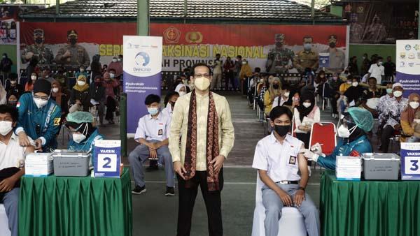Menteri Pendidikan, Kebudayaan, Riset, dan Teknologi Nadiem Makariem melakukan foto bersama dengan peserta vaksin dalam acara Sentra Vaksinasi Generasi Maju di Kota Jambi (21/09). Kegiatan ini diselenggarakan oleh Kemendikbudristek bekerja sama dengan Danone Indonesia yang menargetkan 10.000 peserta vaksin yang terdiri dari pendidik dan tenaga kependidikan (PTK) serta peserta didik di Kota Jambi dan sekitarnya. Pemberian vaksin menjadi salah satu upaya perlindungan bagi pelaku akademisi dalam mempersiapkan proses pembelajaran tatap muka (PTM) terbatas untuk menghindari generation loss yang berkepanjangan di Indonesia. [FOTO : Danone Indonesia]