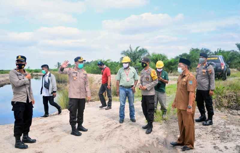 FOTO : Kapolres Tanjab Barat AKBP Guntur Saputro, SIK, MH Beserta Rombongan saat Survey dan Zonasi Lahan Semi Gambutdi Desa Muntialo, Kecamatan Betara, Selasa (09/02/21).