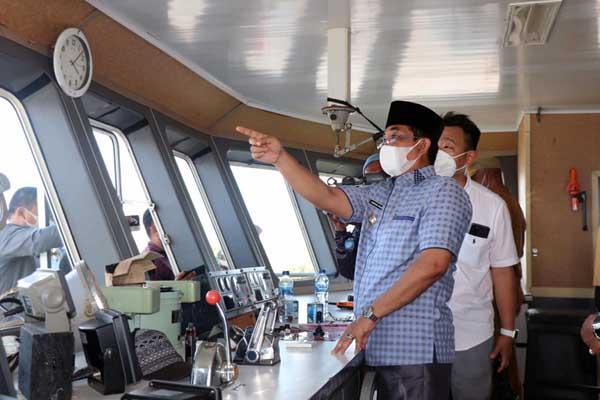 Bupati Tanjab Barat Anwar Sadat Saat Meninjau KMP Surya 777 di Dermaga Pelabuhan Penyeberangan Roro Kuala Tungkal, Senin (12/04/21).