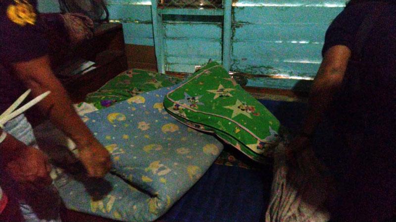 FOTO : Polisi Mengerbek Pelaku di Kediamannya di Betara III Desa Pematang Lumut, Jumat (28/08/20).