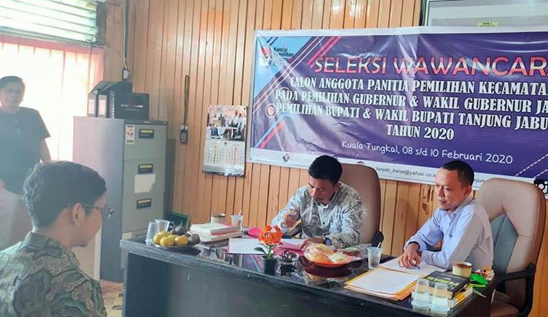FOTO : Pelaksanaan Tes Wawancara Hari Pertama Calon Anggota Panitia Pemilihan Kecamatan (PPK) di Sekretratiat KPU Tanjab Barat, Minggu (09/02/20)