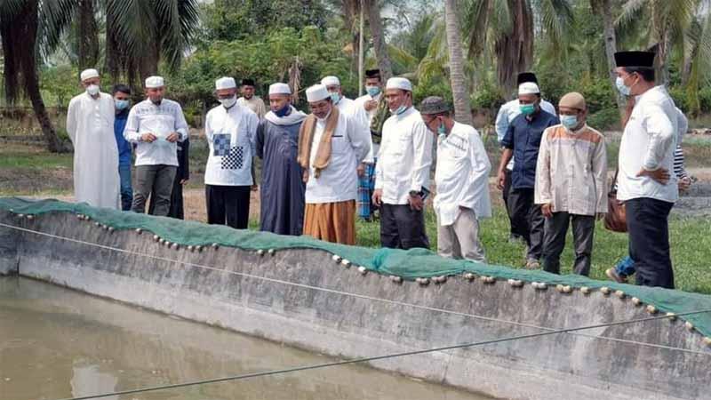 Bupati Tanjung Jabung Barat H. Anwar Sadat melakukan Peninjauan lokasi budidaya ikan di Balai Benih Ikan (BBI) di Desa Pembengis, Kecamatan Bram Itam. FOTO : Asri