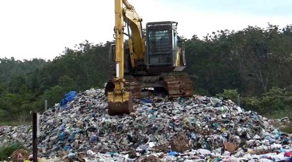 FOTO : Tampak Alat Berat (rusak) Berada di Atas Gunung Sampah di Tempat Pemrosesan Akhir (TPA) di Desa Lubuk Terentang, Kecamatan Betara Kabupaten Tanjung Jabung Barat.