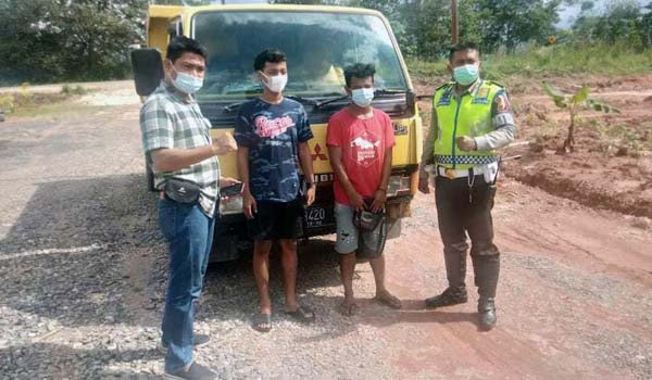 Sopir dan Kernet Dump Truk yang Sempat Viral Diamankan Polsek Sungai Gelam. FOTO : Istimewa