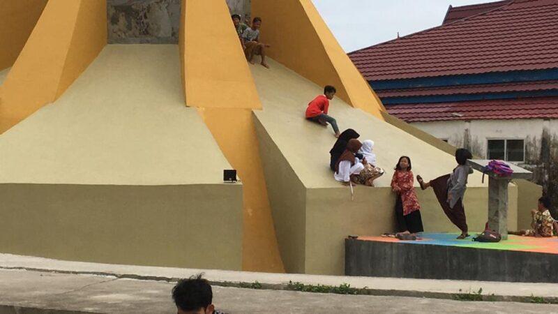 FOTO : Terlihan Sejumlah Anak-Anak Berain Perorotan di Salahh Satu Bagian Bangunan Tugu Perjuangan di Taman Orang Kayo Rajo Laksanana Kuala Tungkal.