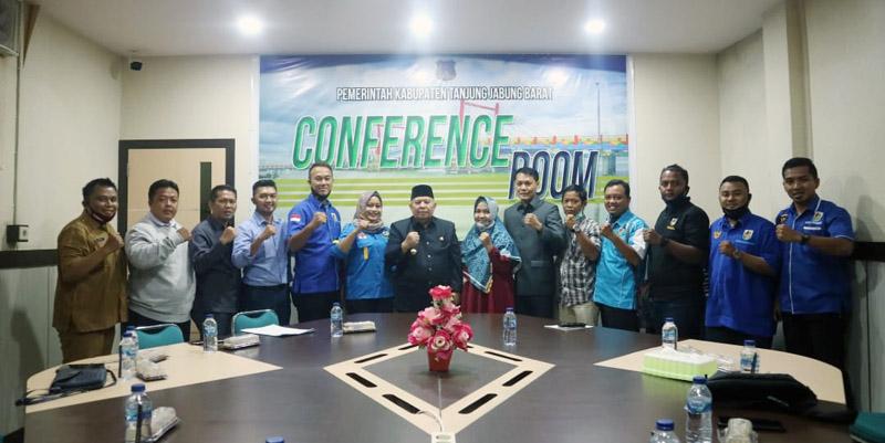 FOTO : Bupati Tanjung Jabung Barat, Dr. H. Safrial, MS Terima Audiensi Sekaligus Silaturahmi Pengurus DPD KNPI Tanjung Jabung Barat di Ruang Rapat Bupati, Selasa (15/09/20).