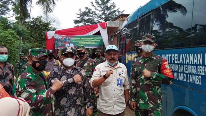FOTO : Tim Wasev Kodam Sriwijaya Kapok Sahli Pangdam II/Swj Brigjen TNI Puji Cahyono Tinjau Pelaksanaan TMMD ke-110 Kodim Batanghari, Kamis (25/03/21)