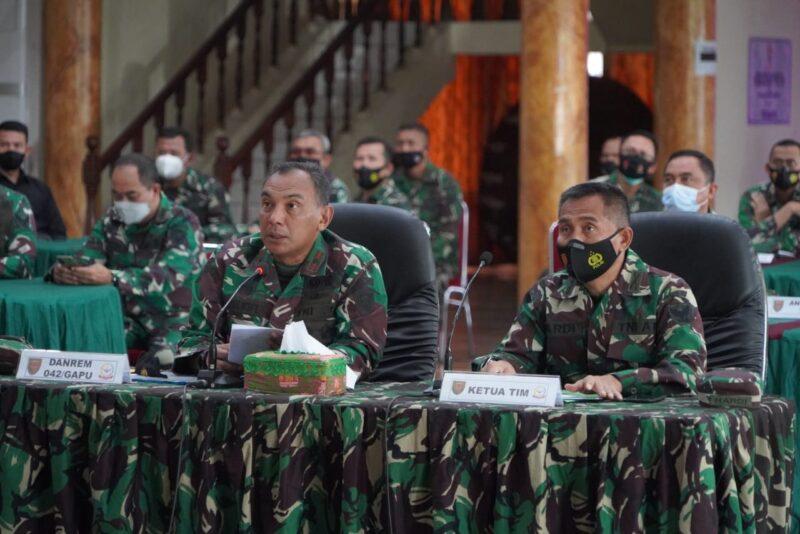 FOTO : Komandan Korem 042/Gapu Brigjen TNI M. Zulkifli Saat Paparan (Membuka Masker agar Suaranya Jelas) Kepada Tim Wasum Itdam II/Sriwijaya.