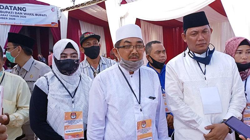 FOTO : Calon Bupati dan Wakil Bupati Ust. Anwar Sadat(UAS)- Hairan Usai Pendaftaran di Kantor KPU Kabupaten Tanjung Jabung Barat. Minggu (06/09/20).