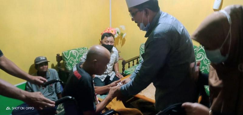 FOTO : Ustadz KH. Anwar Sadat (UAS) beserta istri Hj. Fadhilah ketika Berada di Rumah Pak Edi Jl. Hidayah, Lorong Obat Nyamuk Ujung, Jumat sore (11/12/20).
