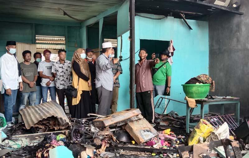FOTO : KH. Anwar Sadat Saat Berbincang dengan Korban Kebakaran Bedeng 4 Pintu di Jalan Elang RT 06 Kelurahan Sriwijaya, Kecamatan Tungkal Ilir, Jumat (12/12/20).