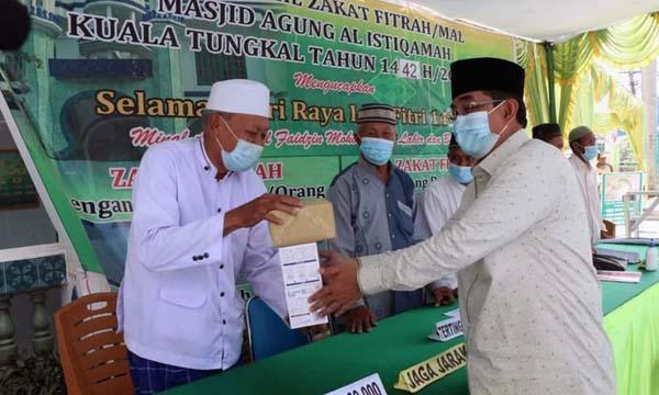 FOTO : Bupati H. Anwar Sadat saat Menyerahkan Bantuan Masker Untuk Shalat Id dan Panitia UPZ Masjid Agung Al Istiqamah Kuala Tungkal, Senin (10/05/21).