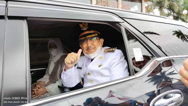 FOTO : Bupati Tanjab Barat Tuan Guru H. Nanang atau H. Anwar Sadat dan Istri Saat Menaiki Mobil Dinas BH 1 E Usai Palantikan di di Rumah Dinas Gubernur Jambi, Jumat (26/02/21)