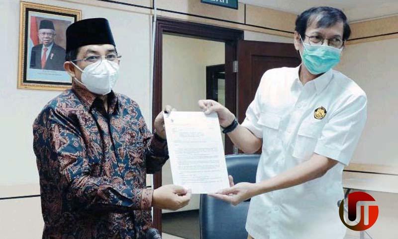 FOTO : Bupati Anwar Sadat Saat Menerima Surat Keputusan Mentri ESDM diserahkan oleh Rida Mulyana Dirjen Ketenaga Listrikan kementrian ESDM Republik Indonesia di Jakarta, Selasa (09/03/21).