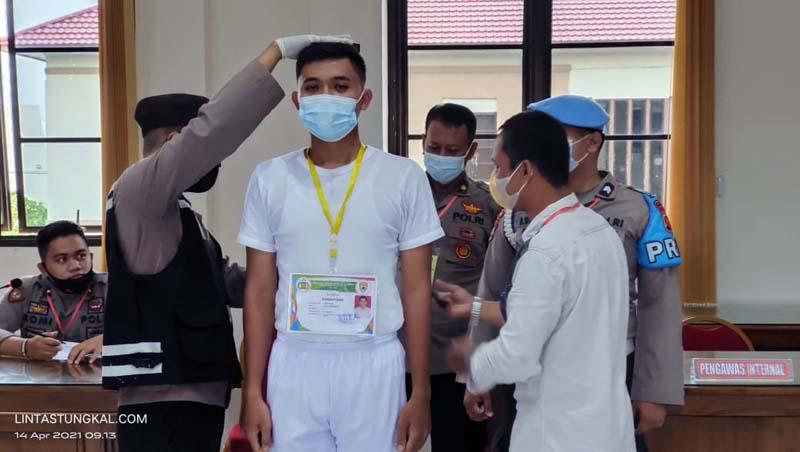 Paniatia Tingkat Polres Tanjab Barat melaksanakan pemeriksaan pengukuran tinggi dan berat badan terhadap calon Taruna Akpol, Bintara dan Tamtama Polri di Ruang Rekonfu, Rabu (14/04/21).