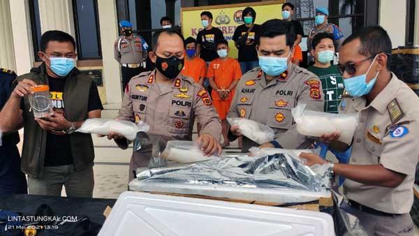 FOTO : Kapolres Tanjab Barat AKBP Guntur Saputro, SIK, MH saat Pres Rilis di Mapolres, Jumat (21/05/21)