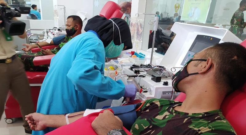 FOTO : Pemeriksaan Lab PCR dari Swab lanjutan terhadap pasien terkonfirmasi positif Covid-19 di Secapa AD, Jumat (07/08/20)