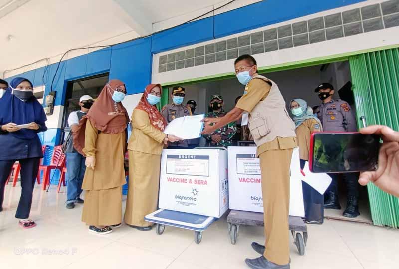 Sebanyak 3.280 Vaksin Covid-19 Sinovac dari Provinsi Jambi telah tiba di Gedung UPTD Farmasi Kabupaten Tanjung Jabung barat, Senin (01/02/21).