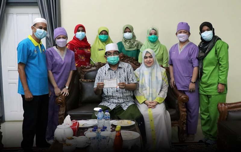 FOTO : Bupati Tanjab Barat, H. Anwar Sadat Saat Menerima Suntikan Vaksin Sinovac Pertama di rumah dinas Bupati, Sabtu (06/03/21).
