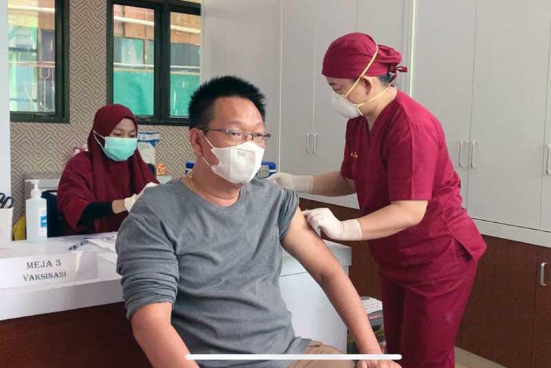 FOTO : Budi Hartono, Ketua Yayasan Budi Luhur Tionghoa Saat Jalani Suntik Vaksin Covid-19 di RSUD KH Daud Arif Kuala Tungkal, Rabu (24/3/21).
