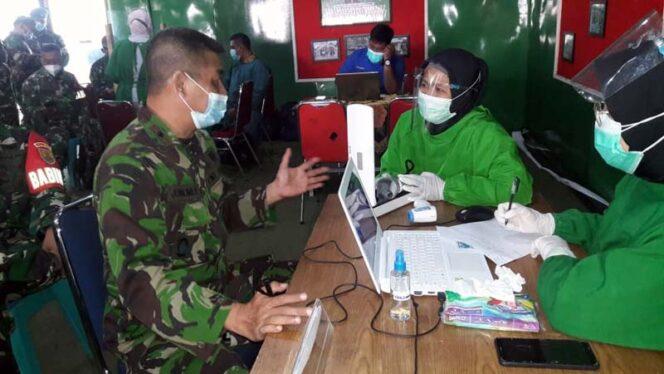 FOTO : Vaksinasi Serentak Prajurit Koramil Jambi Selatan Kodim 0415/Batanghari di Aula Stikes Garuda Putih, Jum'at (05/03/21).