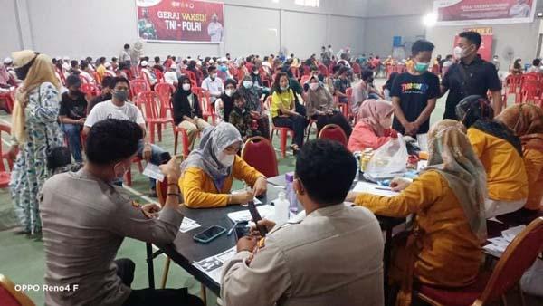 Pelaksanaan Vaksinasi Massal Merdeka di Gedung Hall Badminton Satya Arya Rancana Polres Tanjab, Kamis (14/10/21). FOTO : HMSRES