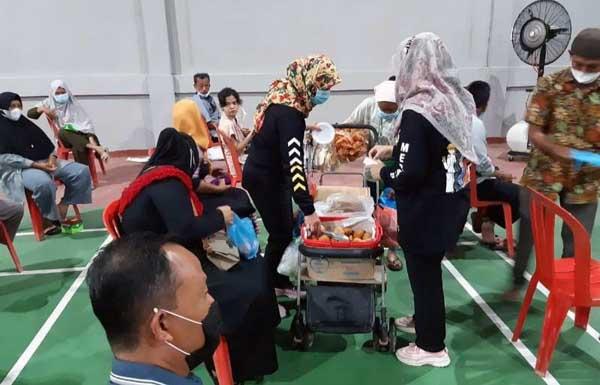 Pelaksanaan Vaksinasi PERSISI di Gedung Hall Badminton Polres Tanjab Barat, Sabtu (24/07/21). FOTO : HUMASRES
