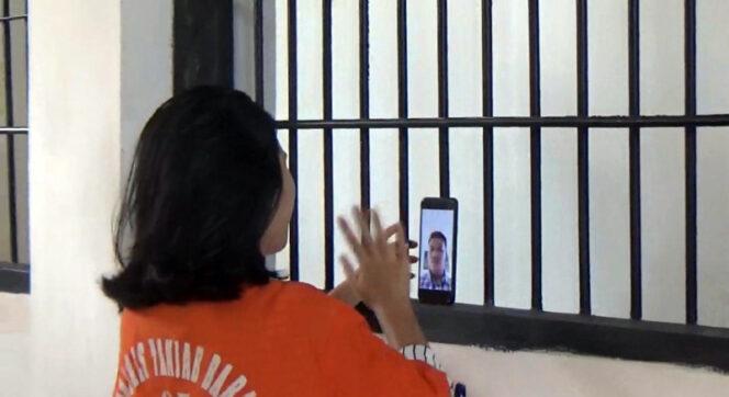 FOTO : Salah Satu Tahanan Perempuan Polres Tanjabbar Saat Video Call Dengan Keluarga, Kamis (02/04/20).