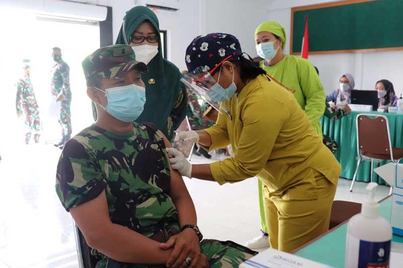 FOTO : Kasdim 0419/Tanjab Mayor CHB Indra Wijaya, SH Saat Mendapatkan Suntikan Vaksinasi Covid-19 di Makodim, Kamis (04/03/21).