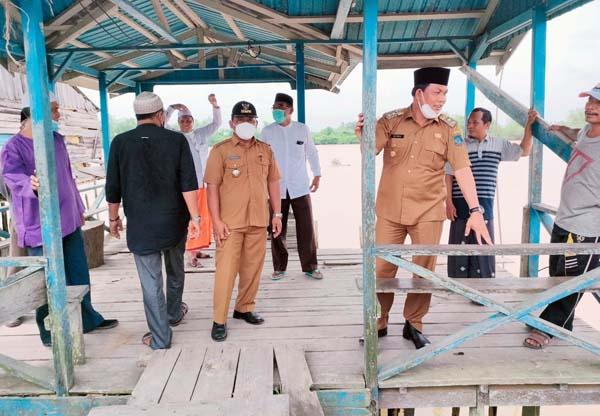 Wabup Hairan Tinjau Jembatan Kayu di RT 05 Senyerang