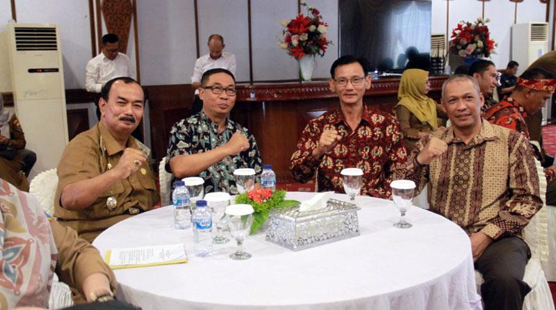 FOTO : Wakil Bupati Tanjung Jabung Barat, Drs. H. Amir Sakib hadiri Penyerahan Sertifikat Penghargaan Peringkat Kinerja Perusahaan dalam Pengelolaan Lingkungan (PROPER) Periode Tahun 2018-2019 di Auditorium Rumah Jabatan Gubernur Jambi, Senin (24/02/20)