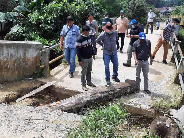 FOTO : Wabup Hairan Meninjau Jembatan yang Tergerus Banjir di Desa Sungai Papauh, Kecamatan Muara Papalik, Minggu (23/05/21).