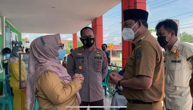 FOTO : Wakil Bupati Kabupaten Tanjung Jabung Barat, Hairan, SH melakukan kunjungan ke puskesmas Tungkal II Kuala Tungkal, Selasa (30/03/21).