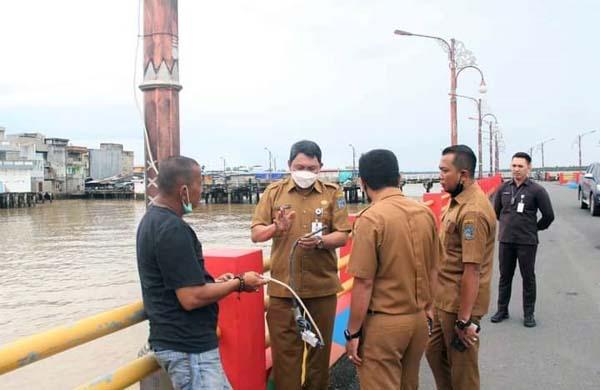 Wabup Hairan Saat Memeriksa MSB dan Potongan Sisa Kabal yang diduga Dicuri Orang di WFC Kuala Tungkal, Senin (13/9/21). FOTO : HB
