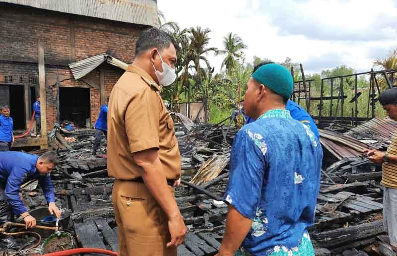 FOTO : Wakil Bupati Tanjab Barat Hairan didampingi Camat Tungkal Ilir Ardian Saat di Lokasi Kebakaran, Selasa (06/04/21)