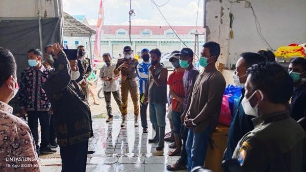 FOTO : Wagub Abdullah Sani saat Silaturrahmi dan Dialog dengan Nelayan di TPI Kuala Tungkal, Kamis (19/08/21).