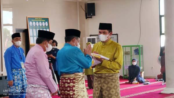 Wakil Walikota Sungai Penuh Dr. Alvia Santoni, SE, MMpada saat Menerima Bendera LPTQ Penunjukan Tuan Rumah MTQ ke 51 pada acara penutupan MTQ Tingkat Prov. Jambi ke 50 di Kuala Tungkal, Tanjab Barat, Jumat (8/10/21).