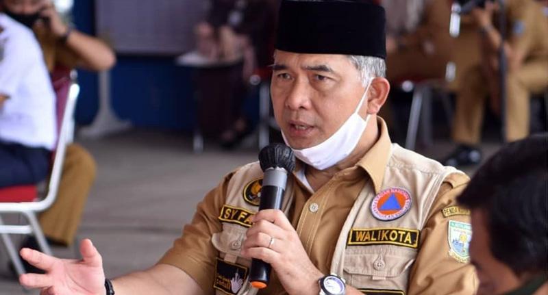 FOTO : Wali Kota Jambi Dr. H. Syarif Fasha, ME selaku Ketua Gugus Tugas Penanganan Covid-19 Kota Jambi Menyampaikan Klarifikasi Terkait Status Zona Merah daerah, Selasa (28/04/20).
