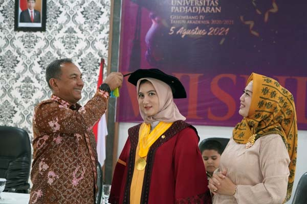 Danrem 042/Gapu Brigjen TNI M. Zulkifli Ketika Memindahkan Tali Toga Putrinya Diwisuda Secara Virtual, Kamis (05/8/21). FOTO : PENREM