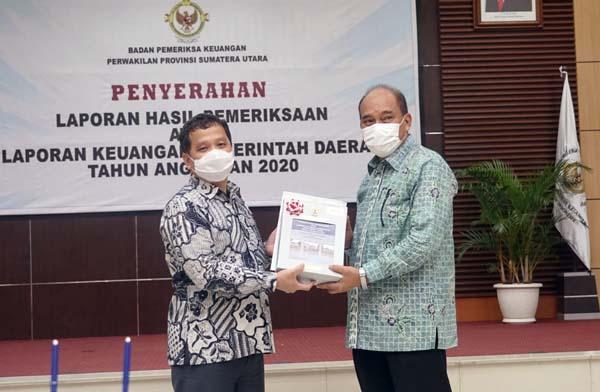 Wali Kota Tebing Tinggi H. Umar Zunaidi Hasibuan Menerima Piagam Penghargaan WTP dari Kepala BPK Perwakilan Sumut Eydu Oktain Panjaitan di Kantor BPK Sumut Medan, Selasa (25/05/21). FOTO : Sn