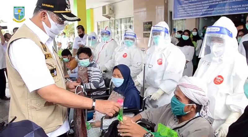 FOTO : Wali Kota Jambi H. Syarif Fasha melepas kepulangan 5 orang pasien terkonfirmasi positif Covid-19 yang telah dinyatakan sembuh oleh Tim Medis Penanganan Covid-19 Kota Jambi, Rabu (24/06/20).