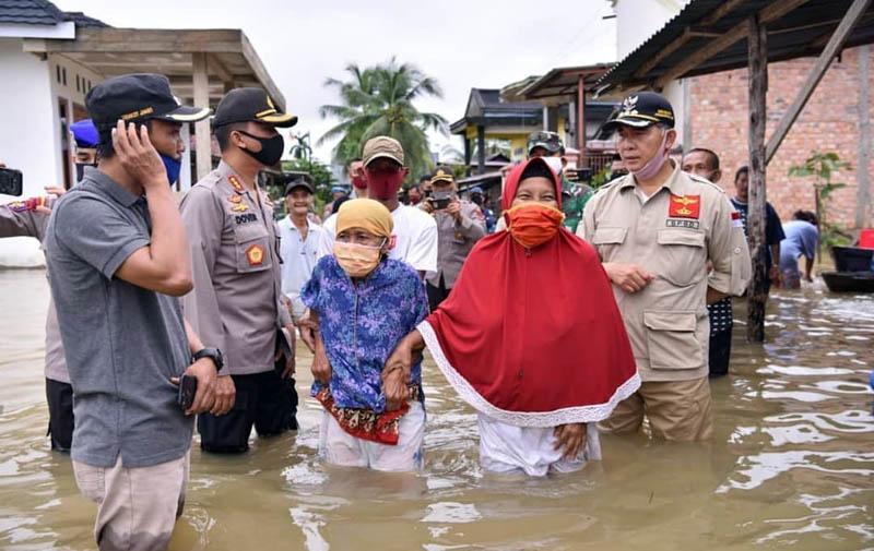 FOTO : Wali Kota Jambi Dr. H. Syarif Fasha bersama jajaran Forkompimda Kota Jambi Saat Meninjau Beberapa Lokasi Terdampak Banjir di Wilayah Kota Jambi, Jumat (08/05/20).