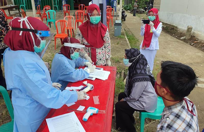 FOTO : Tim Gugus Tugas Perecepatan Penanganan Covid-19 Kabupaten TanjungJabung Barat melakukan rapid test masalh terhadap puluhan warga di dua desa di Kecamatan Betara yakni Desa Pematang Lumut dan Desa Lubuk Terentang, Kamis (06/08/20).