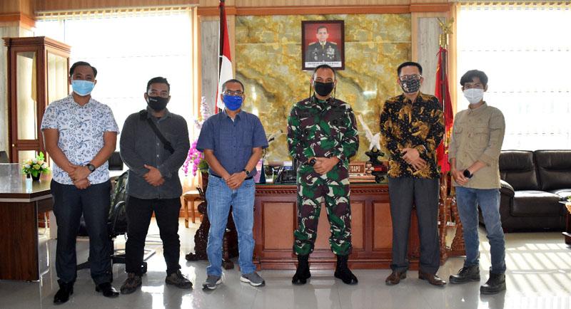FOTO : Komandan Korem 042 Garuda Putih, Brigjen TNI, M. Zulkifli Saat Menyambut Kunjungan Pengurus Jaringan Media Siber Indonesia (JMSI) Provinsi Jambi di Makorem 042/Gapu, Kamis (30/07/20)