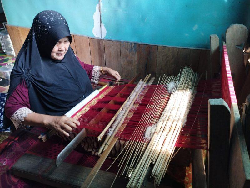 Ibu Nurfidah Saat Membuat Tenun Kain Singket di Kediamannya di Dusun Harapan Jaya Desa Mandala Jaya Kecamatan Betara. FOTO : ASRI