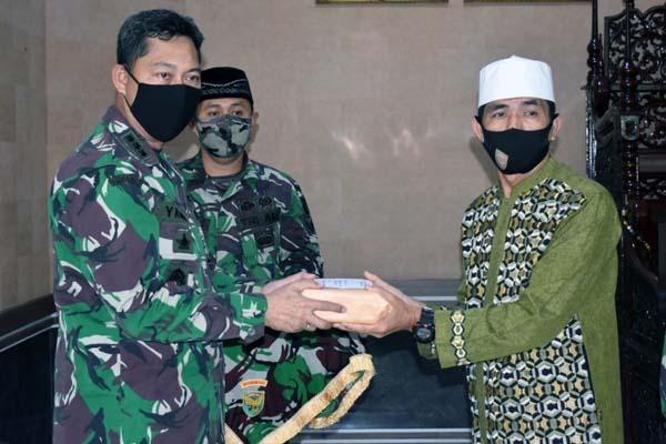 FOTO : Kepala Staf Korem 042/Gapu Kolonel Inf M. Yamin Dano Menyerahkan Zakat Prajurit dan PNS beserta Istri/Suami anggota Makorem menyerah Zakat Fitra kepada panitia Amil Zakat Masjid At Taqwa Makorem 042/Gapu, Rabu (05/05/21).