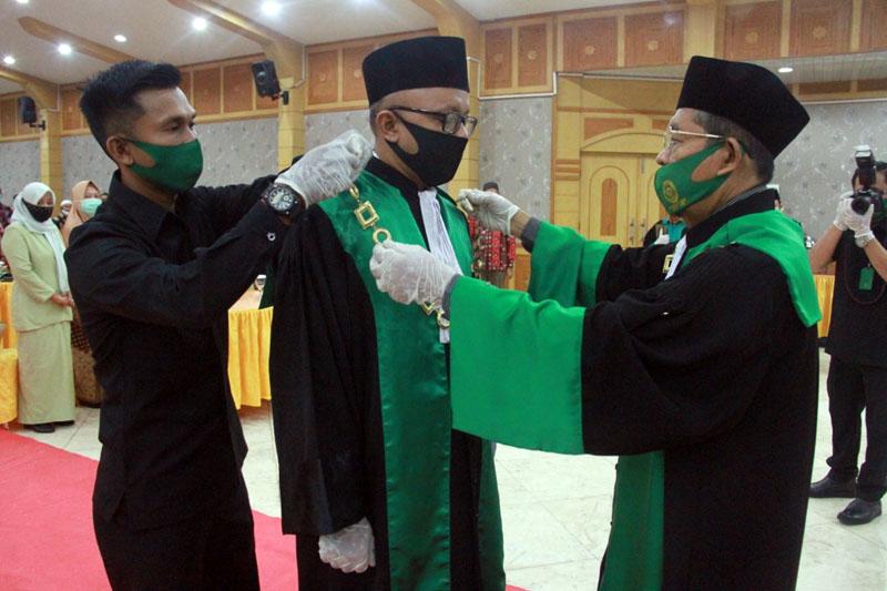 FOTO : Ketua Pengadilan Tinggi Agama Jambi, Dr. Drs. H. Busri Harun, M. Ag, memimpin Sidang Istimewa PTA Jambi, dalam rangka Pelantikan dan Pengambilan Sumpah Jabatan Ketua Pengadilan Agama Kuala Tungkal dari pejabat lama Imam Masduqi, S. Ag, SH, MHES, kepada pejabat baru Zakaria Ansori, SHI, MH, bertempat di Balai Pertemuan (Gedung Pola) Kuala Tungkal, Tanjab Barat, Kamis (13/08/20).