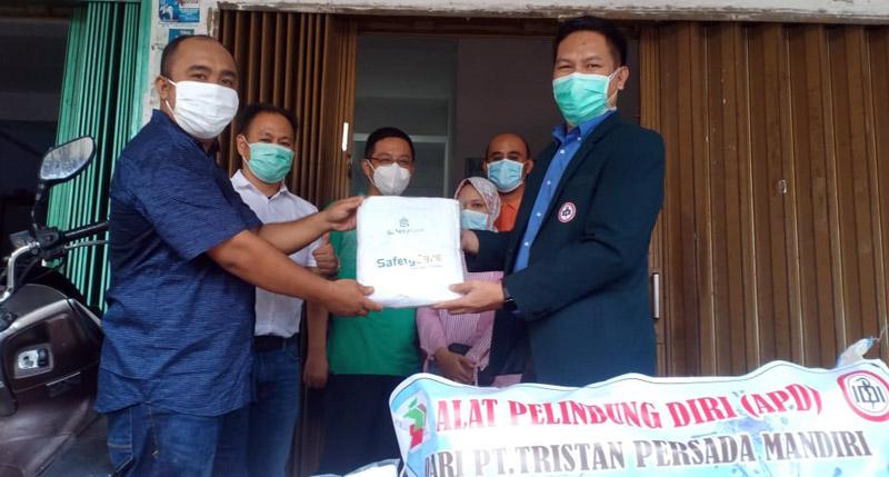FOTO : Direktur PT Tristan Persada Mandiri Ahmad Suryan Menyerahkan APD kepada Ketua IDI Cabang Kabupaten Tanjab Barat dr. Abdul Bari, Sp.OG, Kamis (23/04/20).